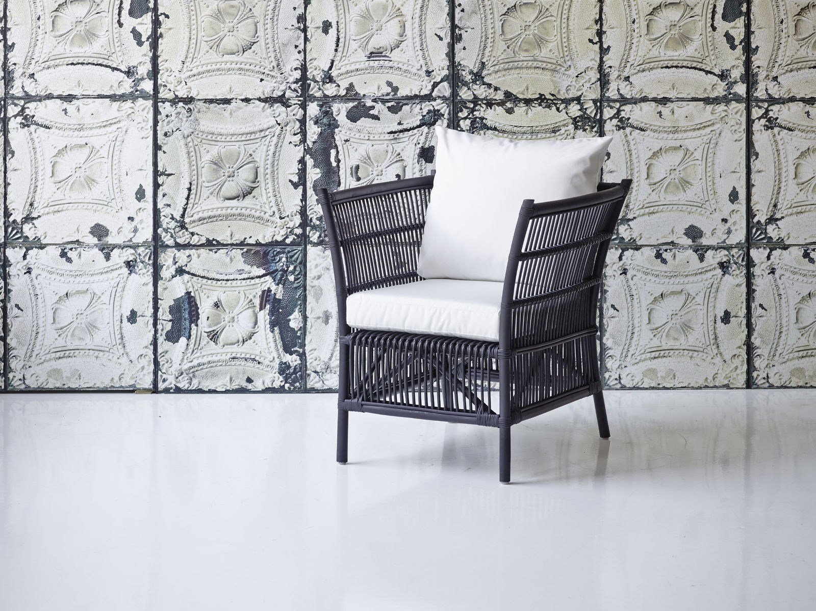 1086S_Donatello chair black with white cushions-1600x1600