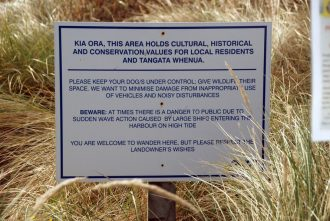 Sign at Te Rauone Beach asking guests to stay of the sand.