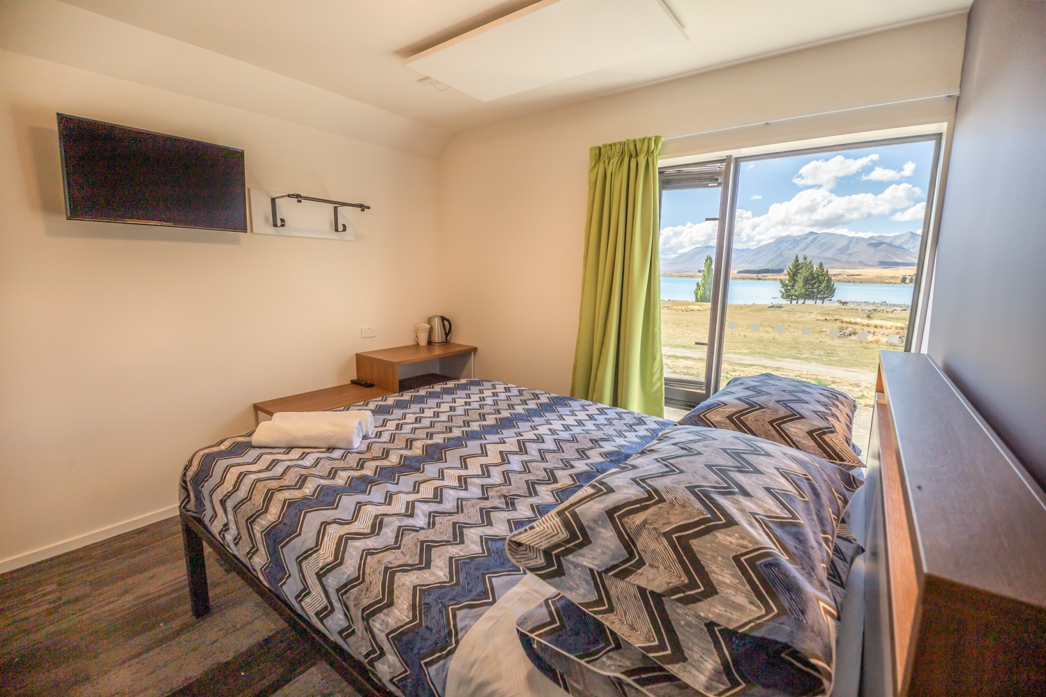 yha-lake-tekapo-interior-double-ensuite-room-201903-dgpoi-070-lr-1500