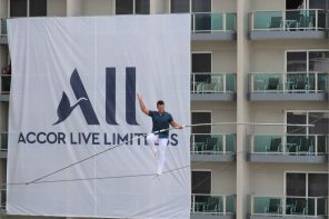MAN PERFORMS STUNT ACROSS HOTEL TOWERS