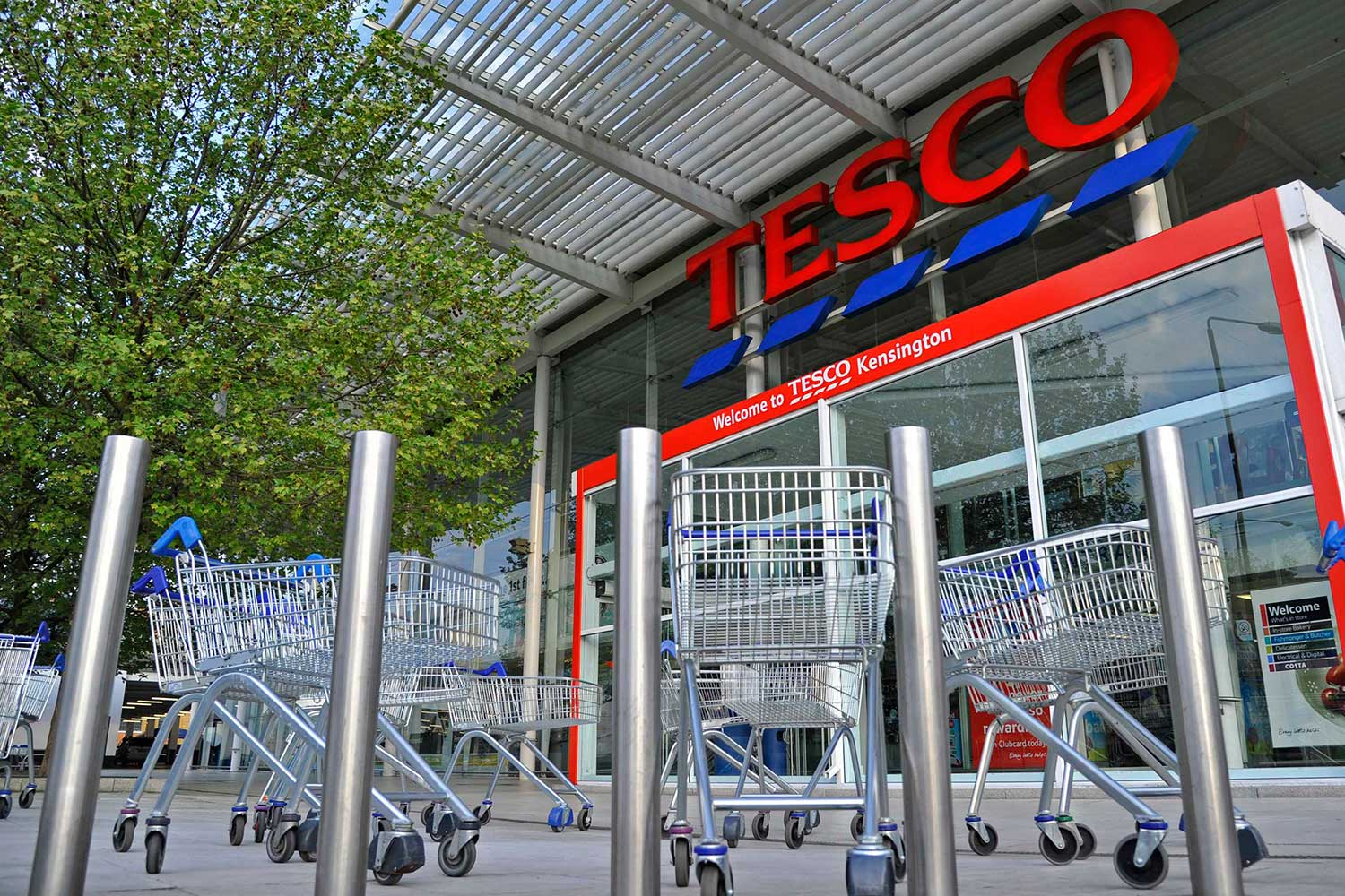walmart vs tesco Tesco signals embarrassing retreat from the us after losing its £1billion gamble to take on supermarket giant wal-mart tesco says its chain of 200 fresh & easy stores will either be sold or closed.