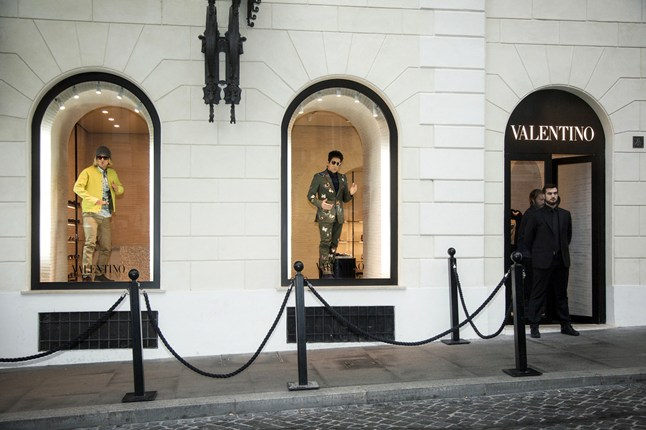 Ben Stiller and Owen Wilsen posed live in the window of Valentino's Rome as part of the Zoolander No. 2 promotional tour