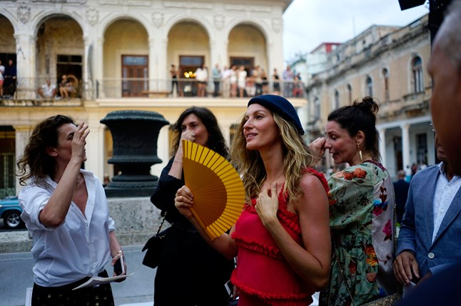 Gisele Bunchen arrives at the Chanel cruise spring/summer 2017 show, which is held at Paseo del Prado street in Havana, Cuba.