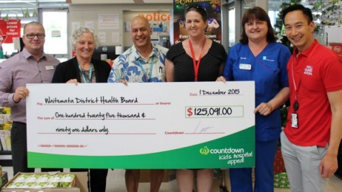 Photo: Countdown Lincoln Rd staff, Waitemata District Health Board and Well Foundation staff